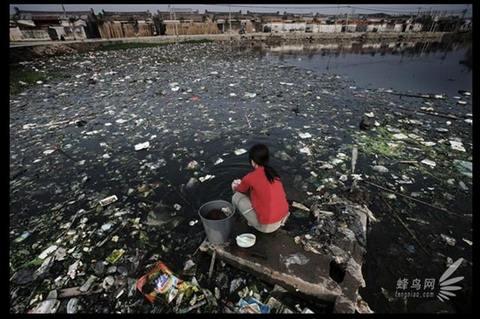 Стирка в пруду, заваленном мусором.