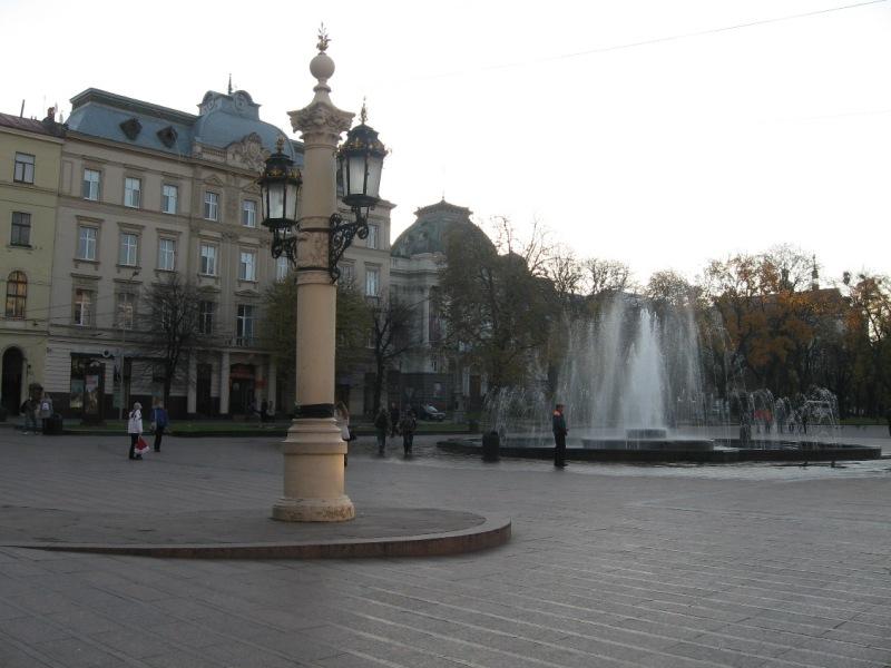Проспект Свободы перед Львовским оперным театром