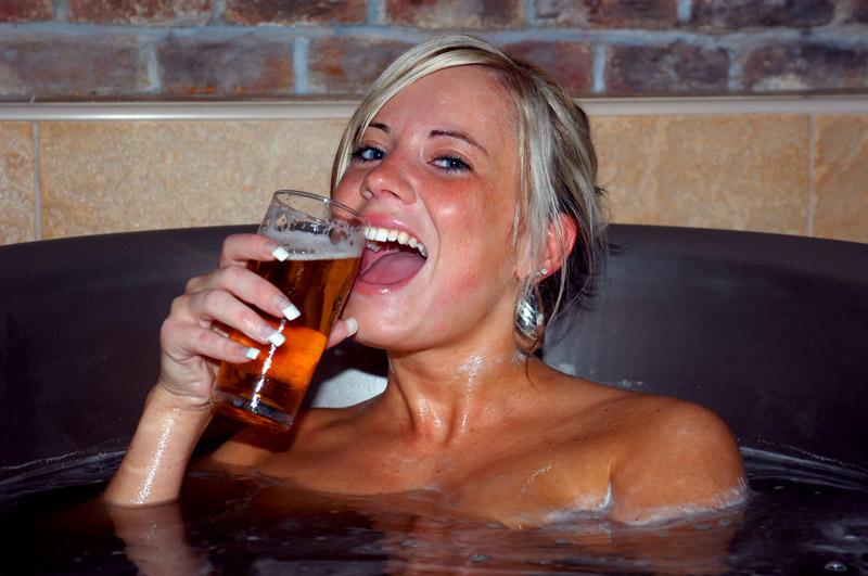 Грудастая девушка принимает ванну после вечеринки  258470