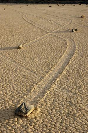 Гуляющие камни в Долине Смерти