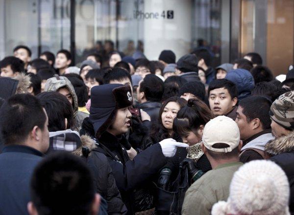 В Пекине магазин Apple забросали яйцами