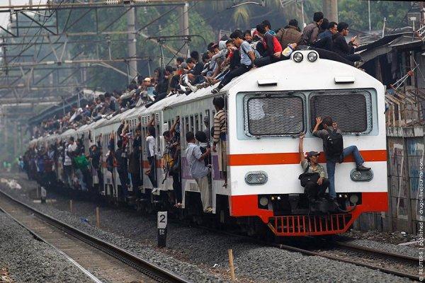 """Индонезия борется с """"руферами"""" на поездах"""
