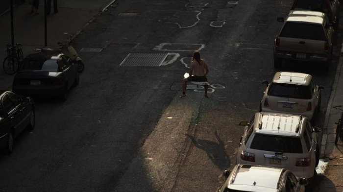 Заблудившийся серфер на улицах Нью-Йорка