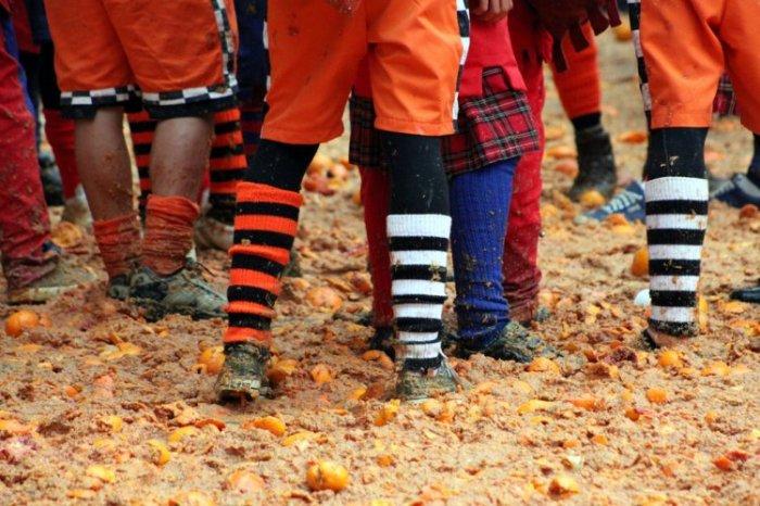 Апельсиновые бои на карнавале в Италии