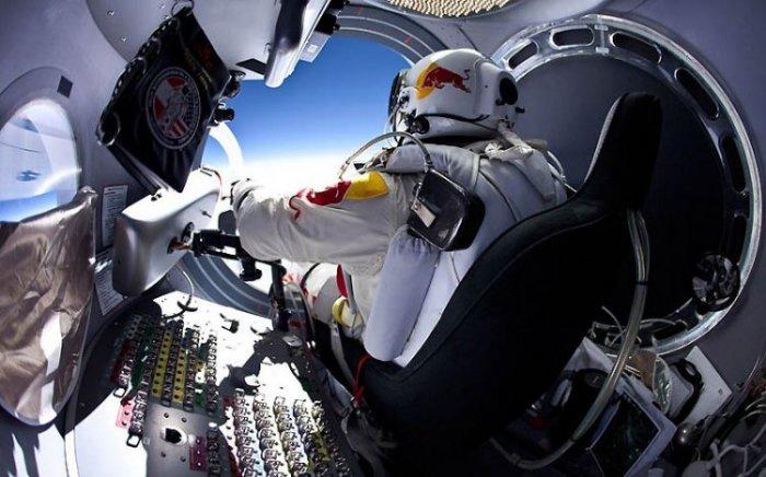 Феликс Баумгартнер готовится к прыжку из космоса