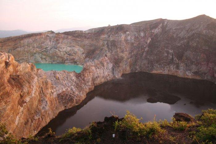 """Озера слез или озера """"злых духов"""". Гора Келимуту. Индонезия"""