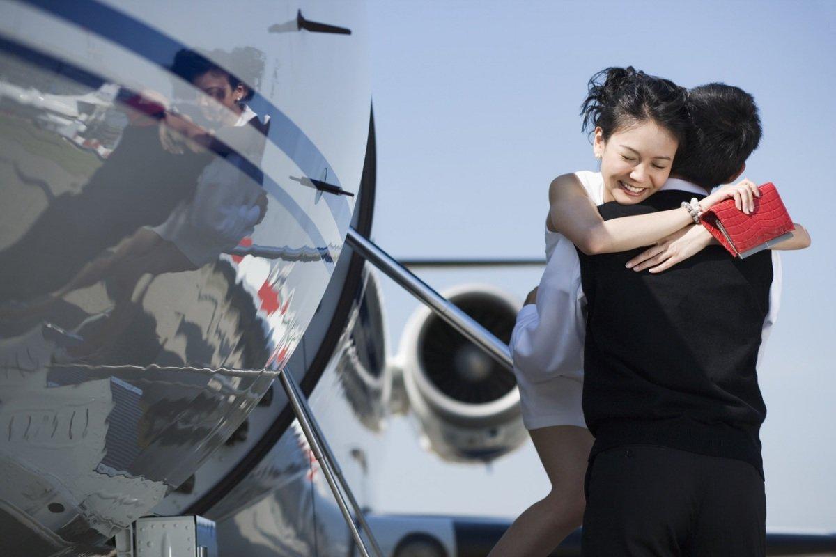 Картинка самолет провожает парень