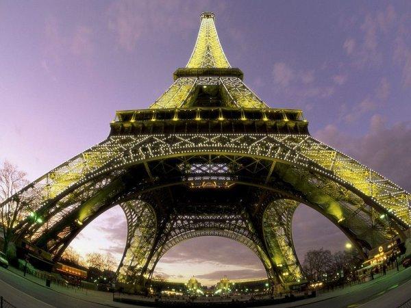 Эйфелева башня - популярный памятник архитектуры
