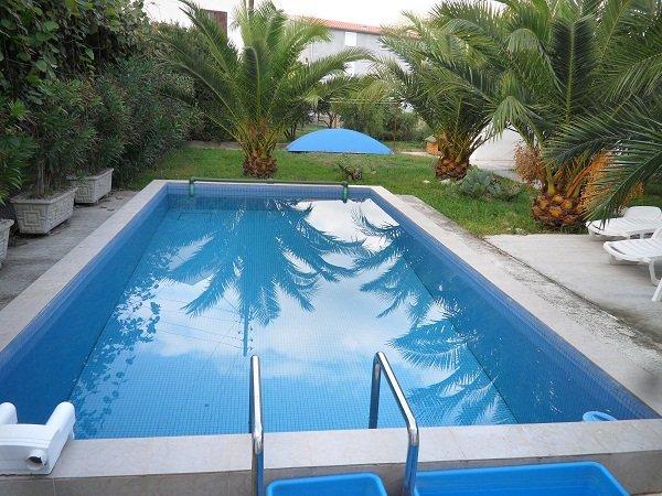 Что лучше арендовать для недорогого отдыха : виллу, апартаменты или отель в Черногории?